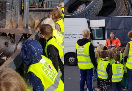 Unge med gule veste lærer om affald