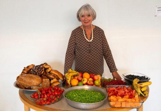 Ildsjælen Lissie foran en buffet af doneret mad