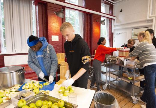 Gentofte Ungdomsskole står i køkkenet og hakker æbler